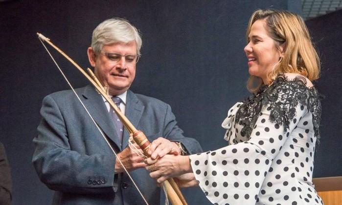 Janot ganha um arco e flecha na cerimônia de despedida da PGR
