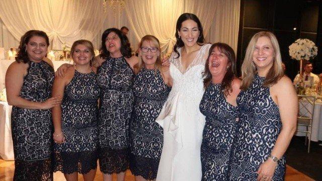Foto de noiva com convidadas usando o mesmo vestido viraliza na web (Crédito: Reprodução)