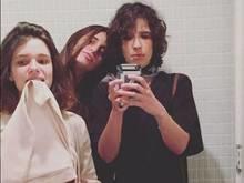 Bruna Linzmeyer mostra a calcinha em foto com namorada no banheiro