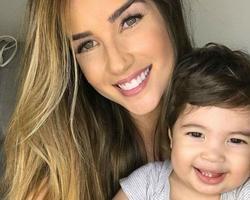Aline Gotschalg confessa que dispensou babá para cuidar do filho