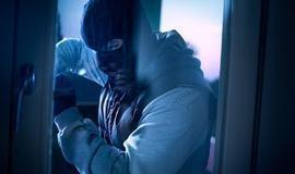 Bêbado, ladrão fica preso em assalto e pede ajuda à polícia