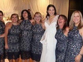 Foto de noiva com convidadas usando o mesmo vestido viraliza na web