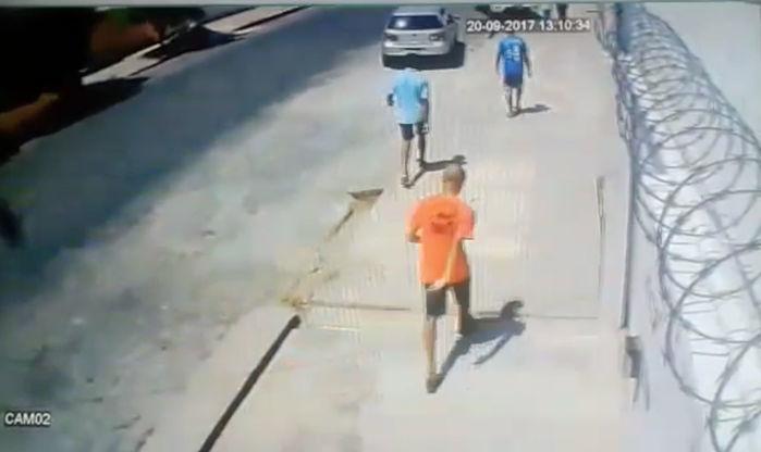 Vítima foi abordada no momento em que chegava em sua residência (Crédito: Reprodução)