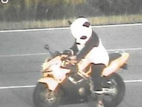 Homem pilota moto fantasiado de Panda para gravar vídeo e é multado