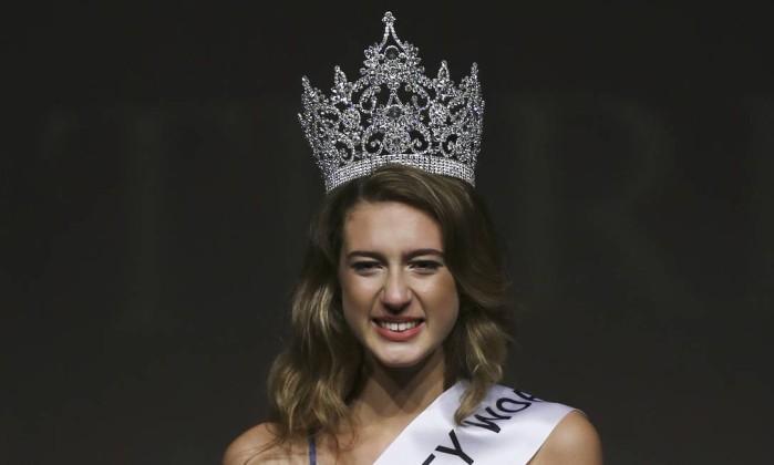 Itir Esen, de 18 anos, sorri após ser coroada como Miss Turquia 2017, em Istambu (Crédito: AP)