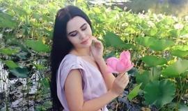 Modelo arranca rara flor de lótus para ensaio e é multada