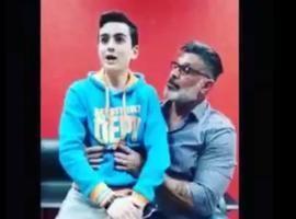 Dudu Camargo grava vídeo sentado no colo de Alexandre Frota