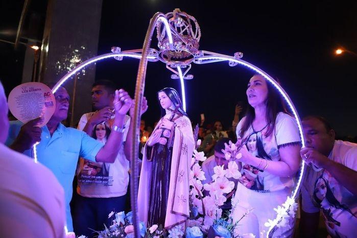 Margarete Coelho coroou simbolicamente a imagem de Santa Teresinha (Crédito: Benonias Cardoso)
