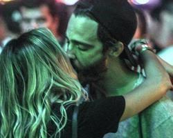Separado, Thiago Rodrigues beija muito loiraça no Rock in Rio