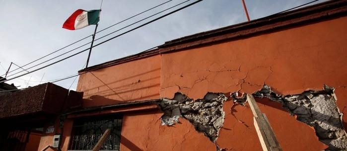 A bandeira do México tremula junto a prédio danificado pelo abalo da última terça-feira na cidade de Xochimilco  (Crédito: REUTERS)