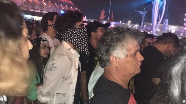 Caio Castro disfarçado no meio da multidão (Crédito: Reprodução )