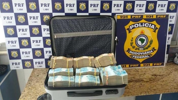 Polícia Rodoviária Federal de Vitória da Conquista, na Bahia, apreendeu R$ 700 mil em dinheiro dentro de mala levada em ônibus  (Crédito: Divulgação/PRF)