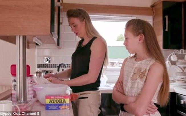 Romany Gypsy Shannon, de apenas 10 anos, largou a escola para aprender com a mãe a ser dona de casa   (Crédito: Reprodução/Daily Mail )