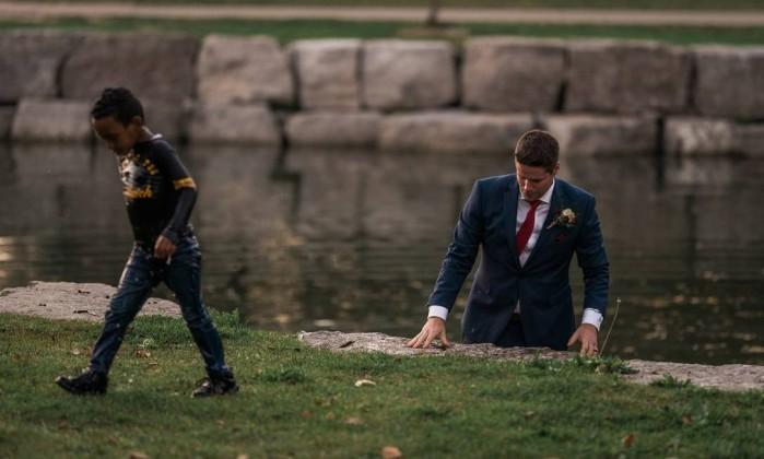 Noivo se joga em rio durante ensaio de casamento e salva criança