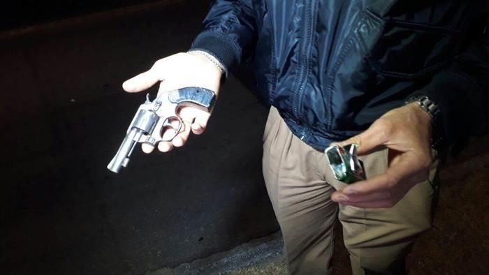 Revólver dos criminosos foi encontrado (Crédito: Reprodução)
