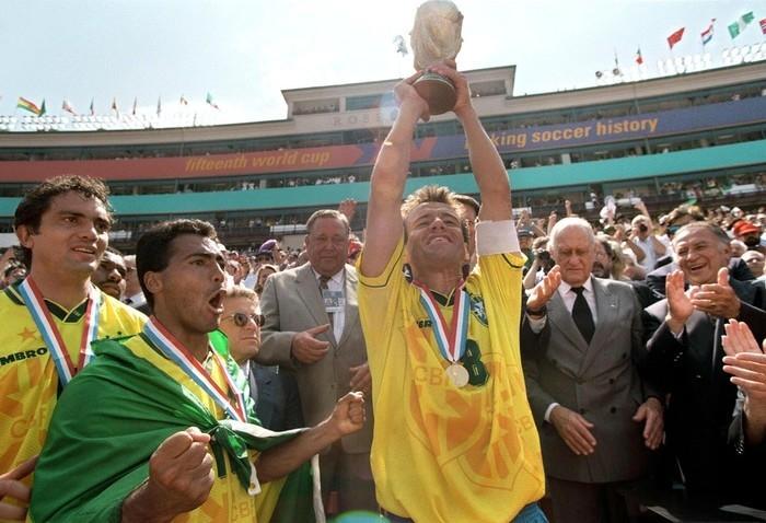 Romário e Dunga já foram companheiros de quarto (Crédito: Getty Images)