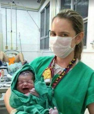 Detalhe inusitado chama a atenção em foto de recém nascido (Crédito: reprodução)