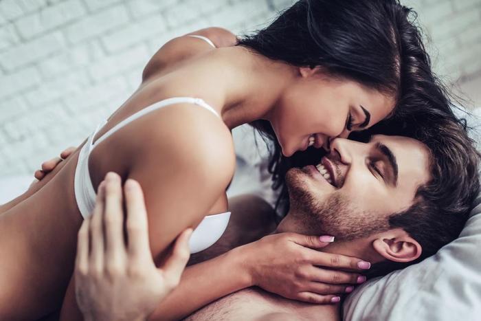 Casais mais felizes fazem sexo quantas vezes por semana?  (Crédito: Menshealth)
