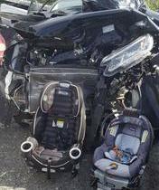 Mãe exibe cadeirinhas intactas após carro ficar destruído