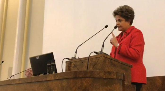 A ex-presidente Dilma Rousseff em discurso na Finlândia  (Crédito: Reprodução/Facebook)