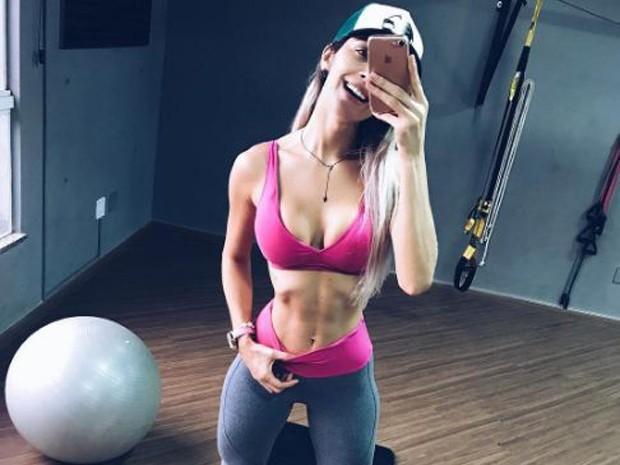 Ex-BBB Tatiele impressiona seguidores com finura de sua cintura