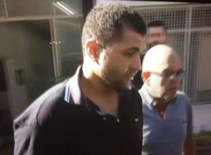 Diego Novais é levado da delegacia para fórum neste domingo (Crédito: Reprodução/TV Globo)