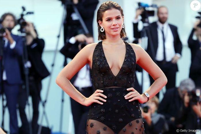 Marquezine repete look de modelo famosa e arrasa em tapete vermelho
