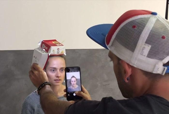 Fotógrafo usa caixa do Mc Donald's e um iPhone para tirar fotos