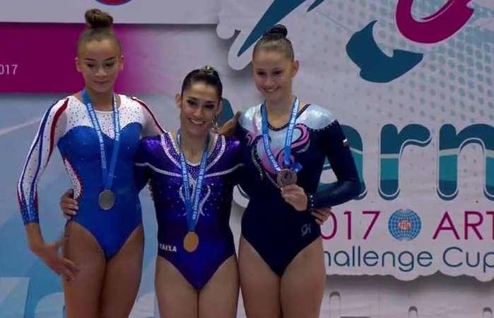 Ginatas comemoram após medalhas conquistadas (Crédito: Fundação Cásper Líbero)