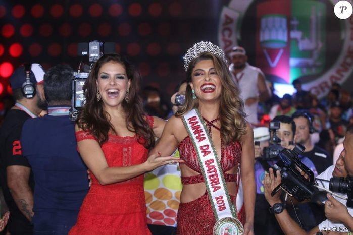 Juliana recebe a coroa de Paloma Bernardi (Crédito: Agência News)