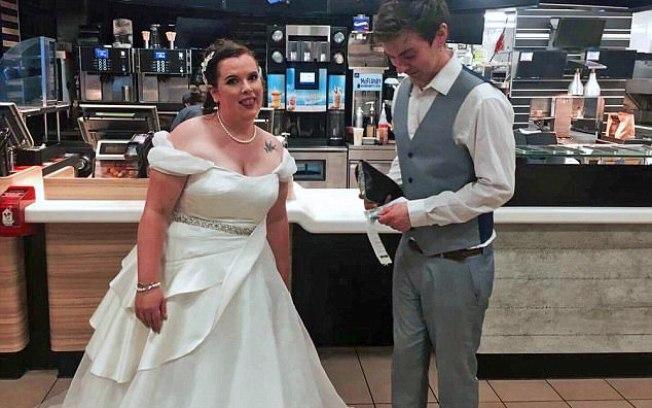 Noivos não conseguem comer em casamento e terminam a noite em rede de fast food (Crédito: Reprodução/Daily Mail)