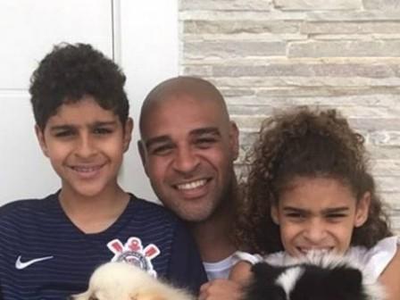 Adriano posta foto com os filhos e detalhe gera gríticas na web
