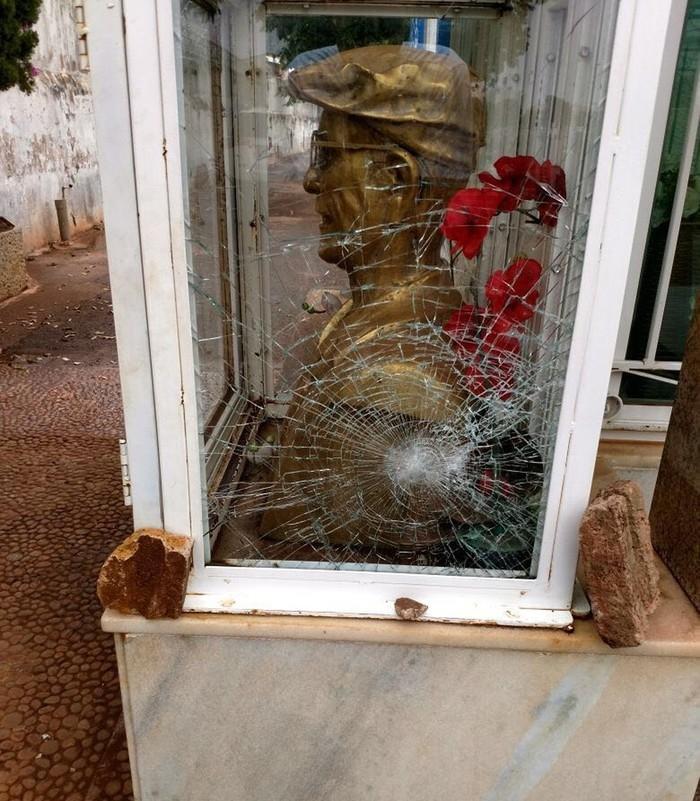Vidro que protege busto apareceu com trinca neste sábado (30)  (Crédito: Eurípedes Higino/Arquivo Pessoal)
