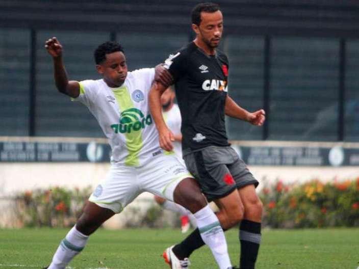 Vasco empata com a Chapecoense em jogo com portões fechados