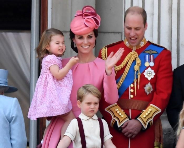 Kate e William com seus filhos Charlotte em cerimônia de aniversário de Elizabeth II (Crédito: AFP)