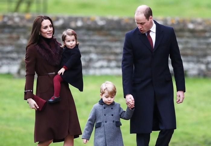 Kate e William levam os filhos, Charlotte e George, à cerimônia de Natal na Igreja de St Mark.  (Crédito: AP)