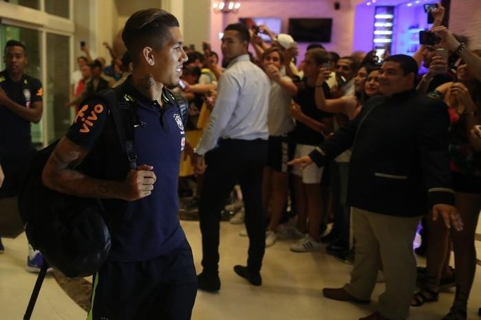 Firmino chega ao hotel da Seleção, em Barranquilla (Crédito:  Lucas Figueiredo / CBF)