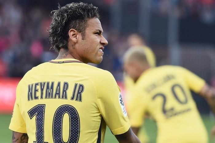 Atacante Neymar se tornou a transferência mais cara da história do futebol  (Crédito: AFP)