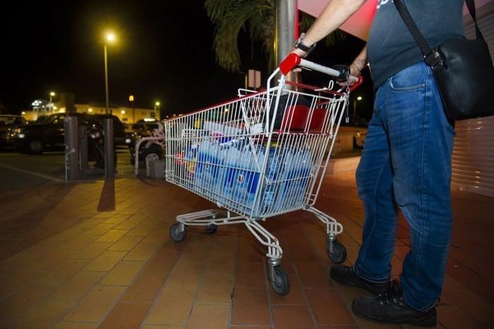 Americano compra garrafas de água para estocar durante a passagem do Irma (Crédito: AFP)