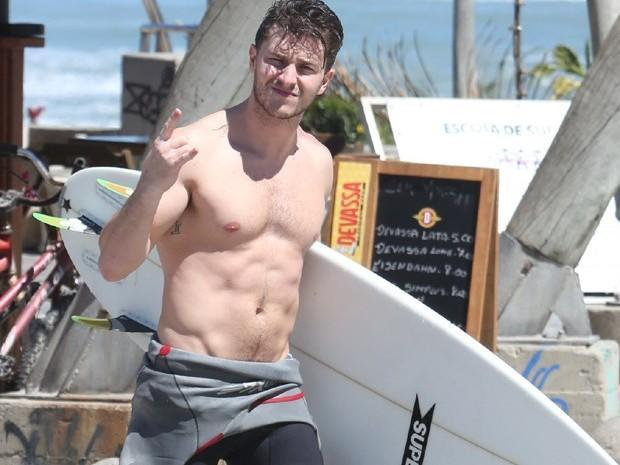 Klebber Toledo surfa e exibe seu corpo sarado em praia carioca