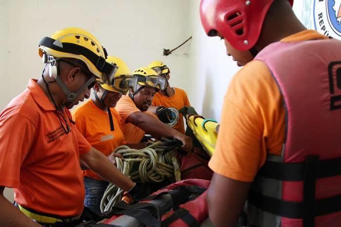Membros da defesa civil preparam os equipamentos  (Crédito: Reuters)