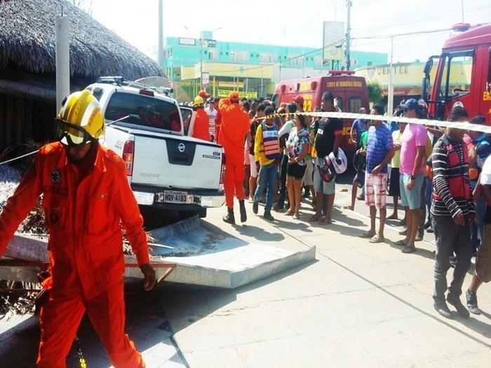Aglomeração de pessoas após carro invadir restaurante em Parnaíba (Crédito: Daniel Saturnino)