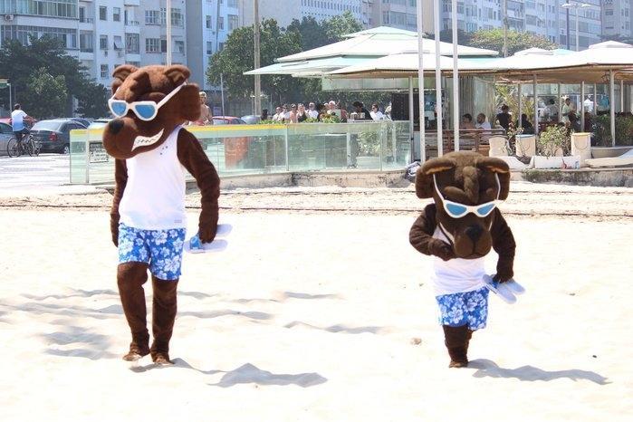 Mascotes do Cruzeiro em praia do Rio (Crédito: Reprodução)