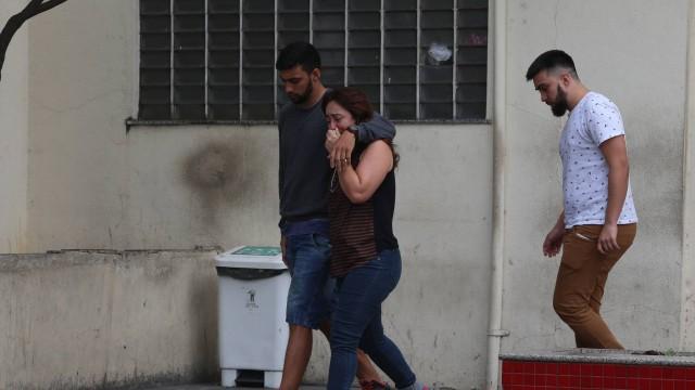 Familiares do Cabo Oliveira deixam Hospital Getúlio Vargas emocionado, após confirmação da morte (Crédito: Extra)