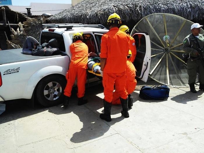 Vítima recebe atendimento após carro invadir restaurante (Crédito: Daniel Saturnino)