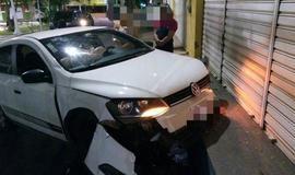 Automóvel perde controle e sobe calçada no Centro
