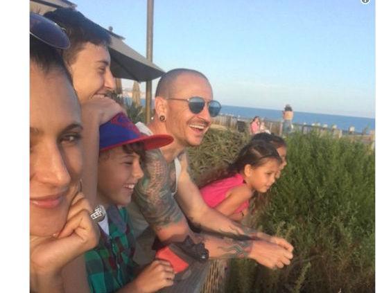 Viúva de Chester Bennington publica foto do cantor com os filhos