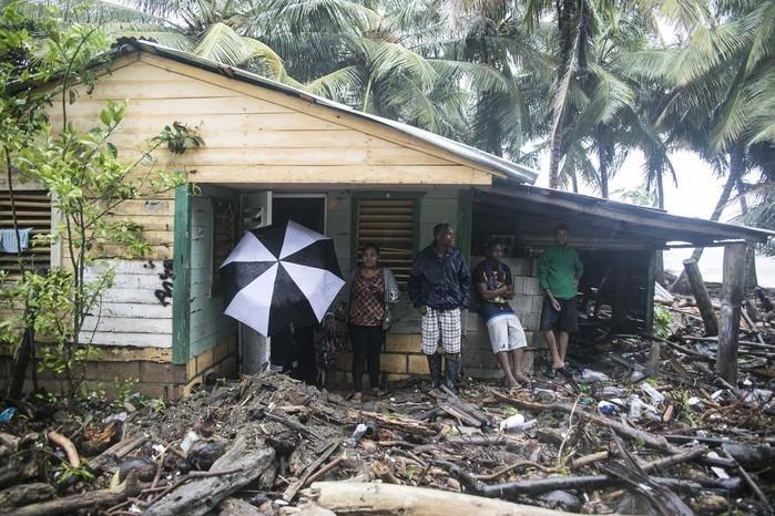 Casa é vista cercada por detritos trazidos pelo furacão Irma, em Nagua, na República Dominicana  (Crédito: AP)