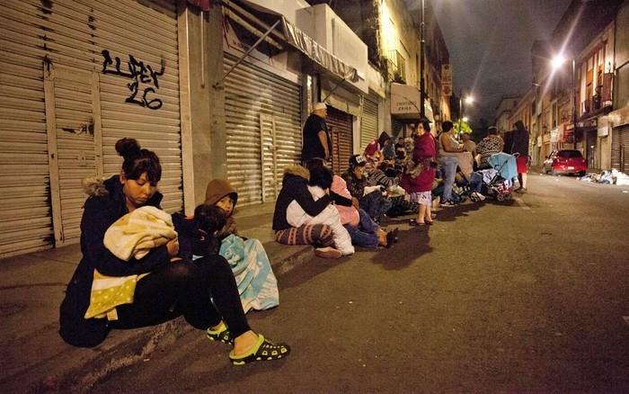 Famílias deixam seus imóveis na Cidade do México após forte tremor  (Crédito: AFP)