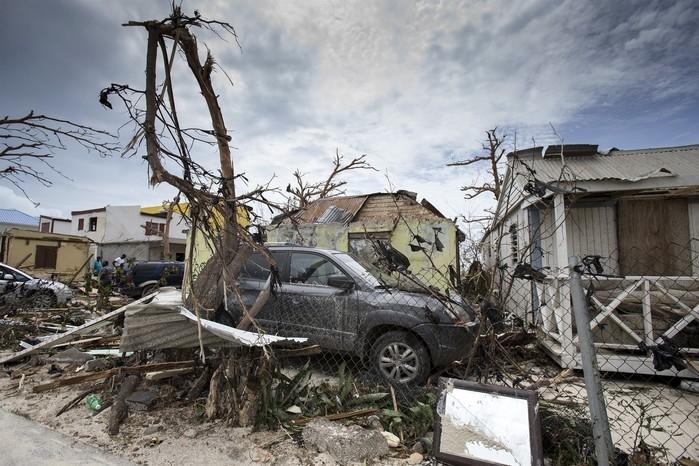 Casas e carros destruídos após a passagem do furacão Irma em St. Maarten (Crédito: AP)